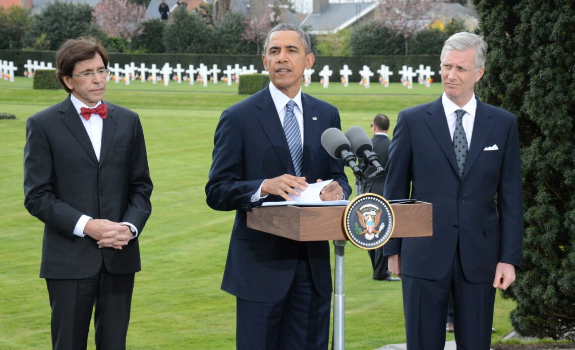 King Philippe listens to a speech by Barack Obama