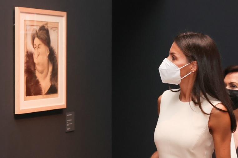 Queen Letizia views an art exhibition