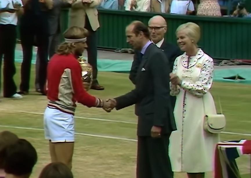Герцог Кентский вручает Бьорну Боргу приз в мужском одиночном разряде