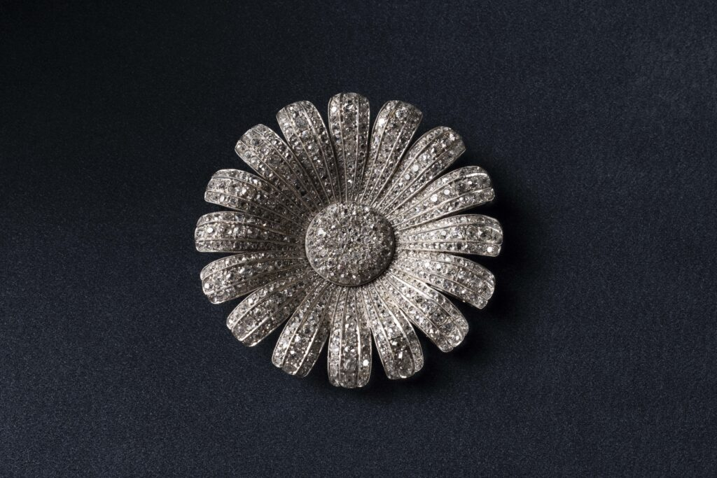 Daisy Brooch (only use in connection with exhibition)